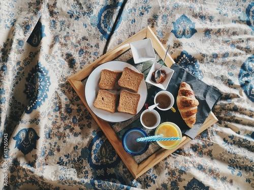 Colazione italiana a letto con fette biscottate e caffè Poster