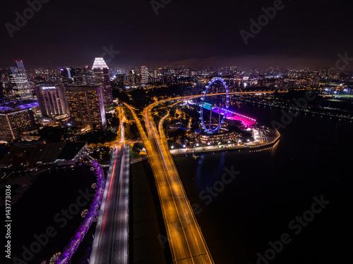 Poster シンガポールの高速道路と観覧車