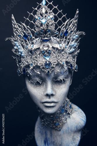 Manekin w twórczej srebrnej koronie