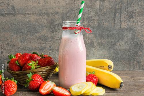 Foto op Plexiglas Milkshake fresh strawberry and banana smoothie in a bottle