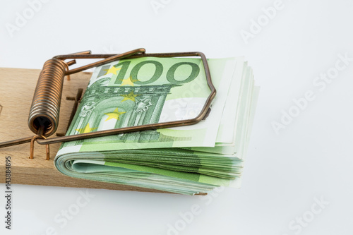 Euro-Geldscheine in Mausefalle - 143884895