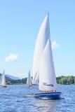 Segelboote auf einem See