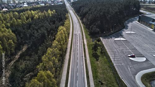 Papiers peints Route dans la forêt Droga przez las. Widok z lotu ptaka