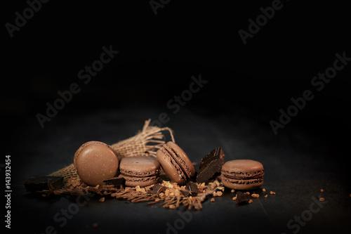 Keuken foto achterwand Macarons macaron au chocolat sur fond noir