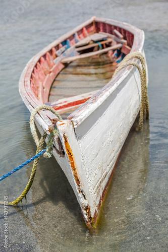 Keuken foto achterwand Schip vieille pirogue rodriguaise remplie d'eau