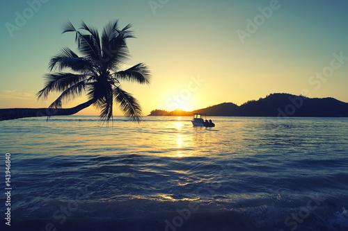 tropischer Sonnenuntergang am Meer