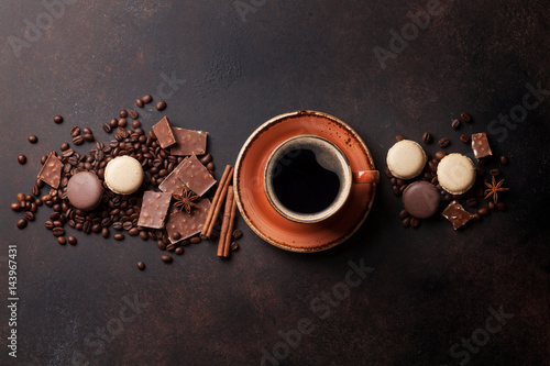 Fotobehang Macarons Coffee cup, chocolate and macaroons on old kitchen table