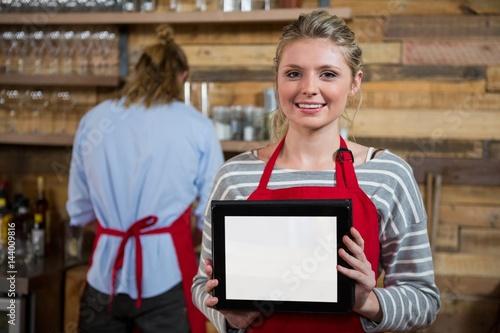 Papiers peints Café en grains Portrait of smiling woman showing digital tablet