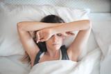 Donna a letto assonnata, sonno al mattino o stress - 144083809