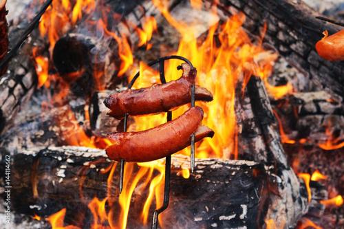 Poster Kiełbasy pieczone na ogniu.