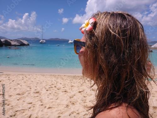 Frau schaut aufs offene Meer Poster