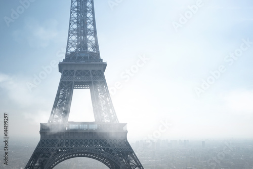 tour eiffel paris air pollution polluer respirer particule ville urbanisme gaz environnement nuage brume saturation capitale france