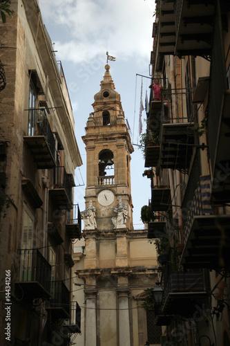 Campanile tra i vicoli di Palermo