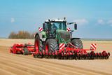 Traktor mit Front-Roller und Dammfräse beim Kartoffelanbau - 1052