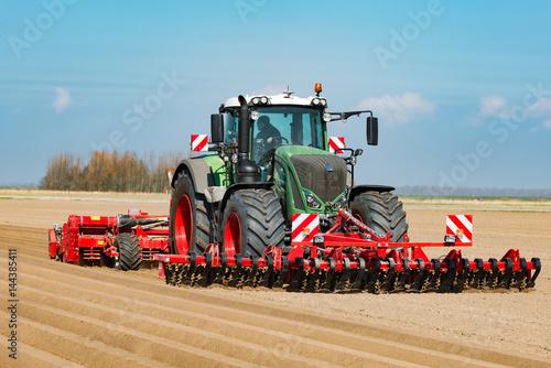 Fotobehang Trekker Traktor mit Front-Roller und Dammfräse beim Kartoffelanbau - 1052