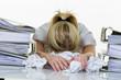 Leinwanddruck Bild - Frau im Büro mit Burnout