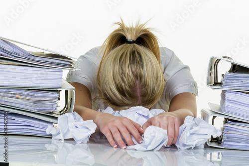 Frau im Büro mit Burnout - 144421285