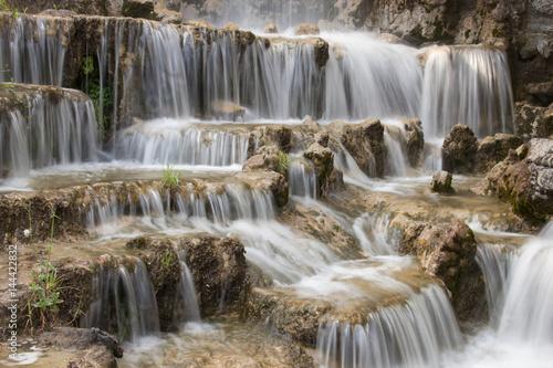Acqua cascante sulle rocce - 144422832