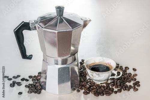 Foto Spatwand Koffiebonen Cafetière manuelle Italienne avec tasse de café