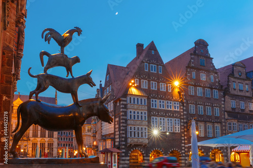 Foto Murales Famous statue of The Bremen Town Musicians, donkey, dog, cat and cockerel, from Grimm's famous fairy tale in the center of Old Town near Bremen City Hall, Bremen, Germany