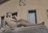 Femme nue allongée. Statue de pierre blanche