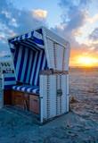 Strandkorb an der Nordsee bei Sonnenuntergang