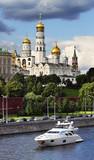 Колокольня Иван Великий. Роскошная яхта на Москве-реке