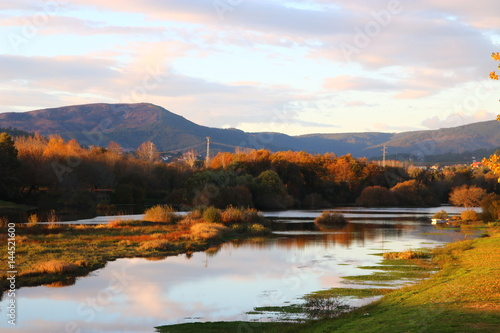 Paisagem de Outono com o rio e montanhas