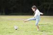 サッカーボール���裸足�女��