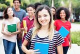 Fototapety Lachende amerikanische Studentin mit anderen Stundenden auf dem Campus