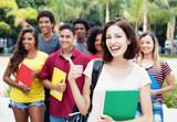 Fototapety Lachende deutsche Studentin mit anderen Stundenden auf dem Campus