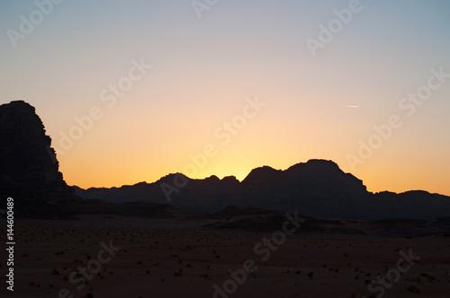 Giordania, 2013/03/10: tramonto sul paesaggio giordano e il deserto del Wadi Rum Poster