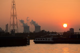 de haven van Antwerpen met in de achtergrond de kerncentrale van Doel