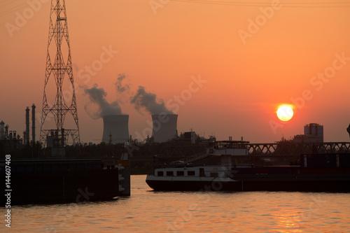 Fotobehang Antwerpen de haven van Antwerpen met in de achtergrond de kerncentrale van Doel