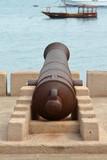 Kanonen im Hafen von Stonetown auf Sansibar