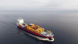 Widok z lotu ptaka statku kontenerowego pływającego po morzu