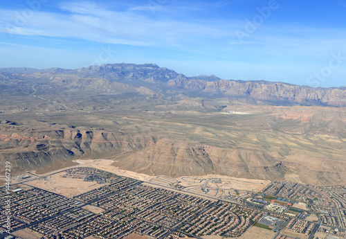 Foto op Plexiglas Las Vegas Sprawling suburban and commercial development in Las Vegas, Nevada is pushing up against the mountains in the western desert as the population increases