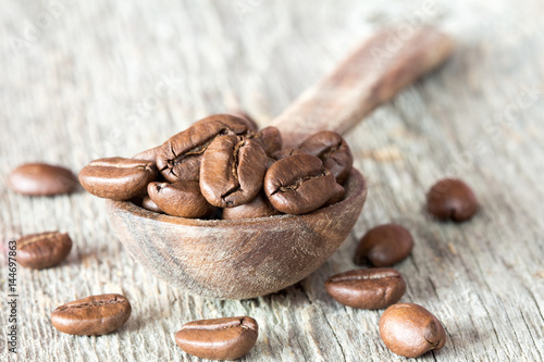 Fotobehang Koffiebonen Grains of coffee and a spoon