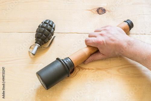 granat ręczny oraz granat przeciwpancerny na drewnie.