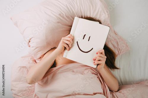 Junge Frau im Bett Poster