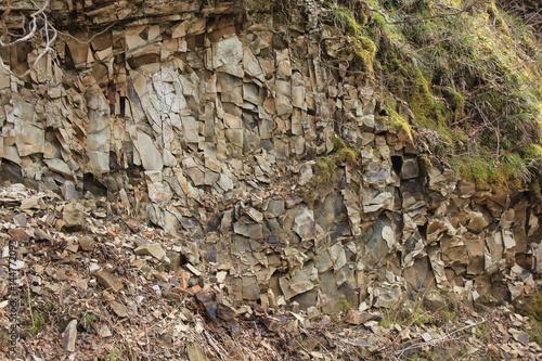 板状に剥離する岩肌(宮城県)
