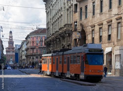 Papiers peints Milan tram in una via del centro di milano