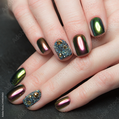Papiers peints Manicure Beautifil Colorful manicure with rhinestone. Nail Design. Close-up.