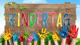 angemalte Kinderhände Schild mit buntem Wort