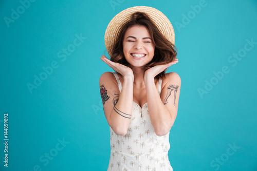 Portret rozochocona uśmiechnięta dziewczyna w słomianym kapeluszu