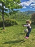 bambina colpita dalla palla mentre salta