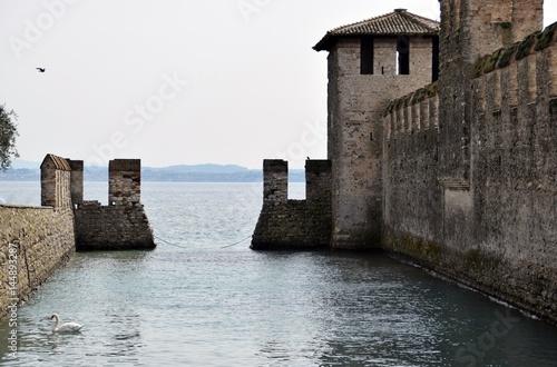 ingresso per le barche nel Castello di Sirmione sul Lago di Garda in Italia Poster