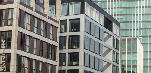 Abstrakte Fassade eines modernen Bürogebäudes in Hamburg, Deutschland - 144899037