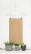 Grauer Shabby Chic weißer Holz Hintergrund mit Zimmerpflanze als Dekoration für Werbekonzepte