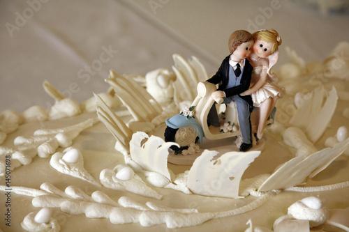 Foto op Canvas Scooter cake Topper sposini sopra una moto su torta delle nozze